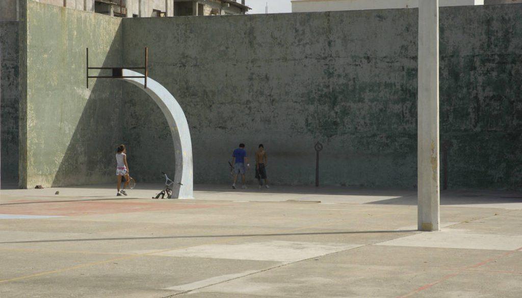 Junge Frauen und Männer spielen Tennis auf Tennisplatz und Basketballplatz.