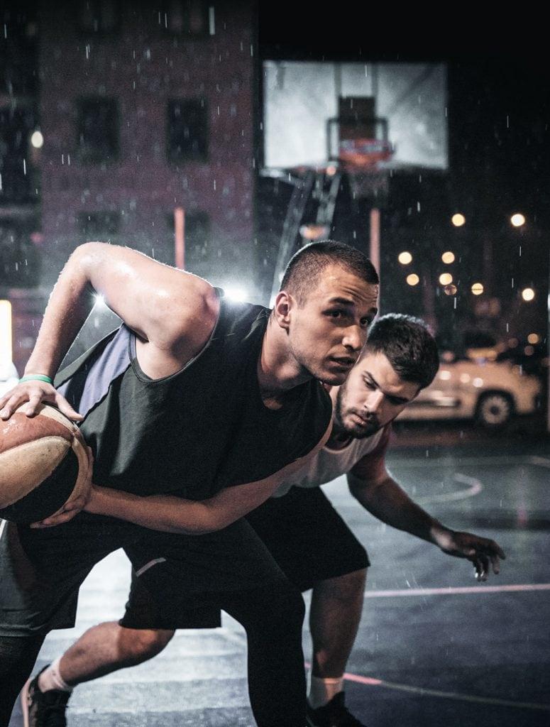 Basketball bei Nacht in der Stadt