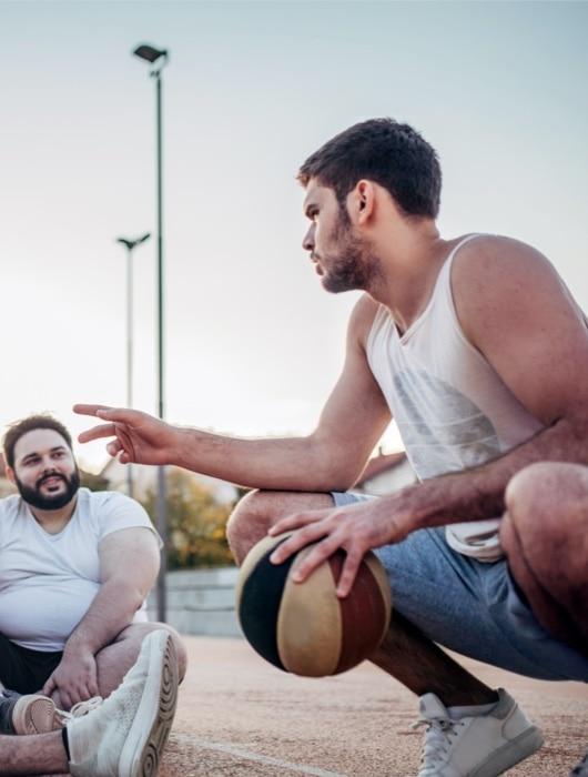 Gruppe von Männern spielen Basketball