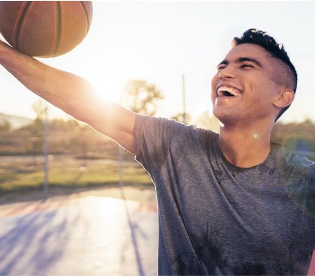 Mann spielt Basketball
