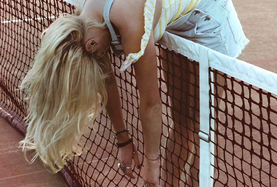 woman_tennis_blondhair_Color_mobile