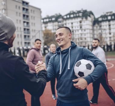 Gruppe von Männern spielen Fußball