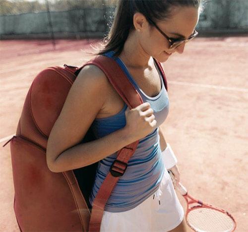 Frau_spielt_Tennis-min